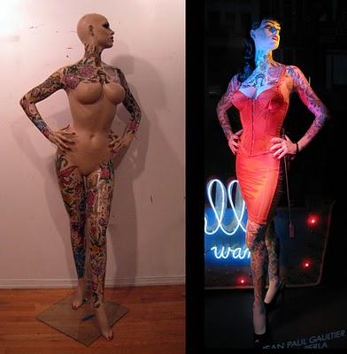 Manequim tatuado para a exposição de um corset Gaultier