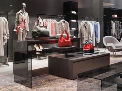 Pequenas elevações ajudam a destacar e valorizar bolsas e acessórios.