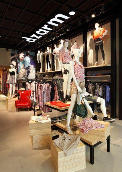 Manequins próximos as araras vestem produções que incentivam o consumidor a provar o look completo.